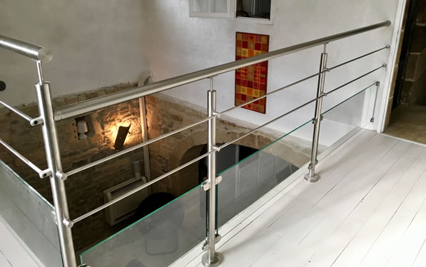 garde-corps barre inox sur une mezzanine