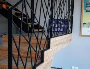 Garde corps en barre d'acier noir d'un escalier