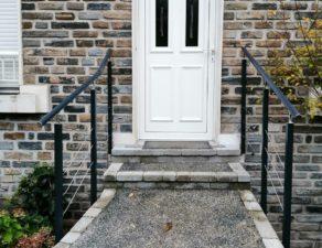 Garde corps à l'entrée d'une maison en brique