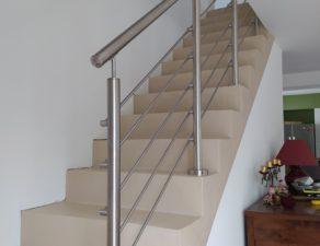Garde corps en inox sur un escalier béton