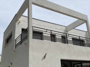 balustrade en aluminium thermolaqué d'une terrasse   élégante à la Grande Motte près de Carnon pour un particulier Scal'In Garde Corps Sud