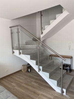 Garde corps en verre et en inox sur un escalier carrelé