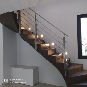 Escalier sécurisé avec un garde corps carré