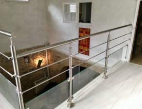 Garde corps en inox et verre d'une mezzanine
