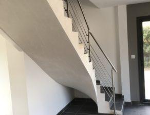 Garde corps inox sur un escalier carrelé et plâtré