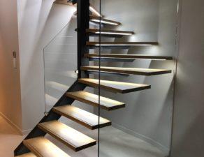 garde corps en verre d'une cage d'escalier à Baillargues