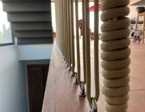 Cordage d'une cage d'escalier dans une maison individuelle.