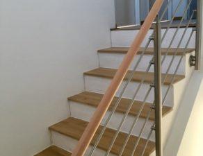 Garde corps en bois et inox d'un escalier à Beaulieu dans l'Hérault.